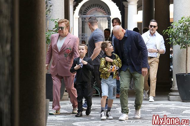 Элтон Джон с мужем и детьми на прогулке
