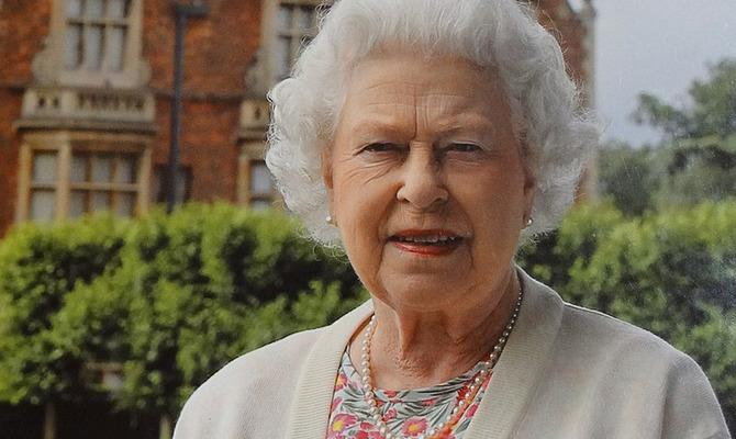 У нее нет паспорта и другие удивительные факты о Елизавете II