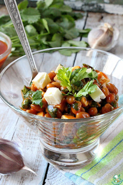 Острый фасолевый салат с брынзой