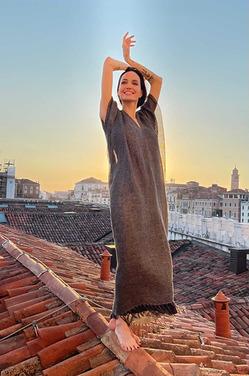 Отдыхающая в Венеции Анджелина Джоли устроила фотосессию прямо на крыше