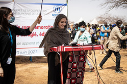 Анджелина Джоли посетила расположенный в Буркина-Фасо лагерь беженцев