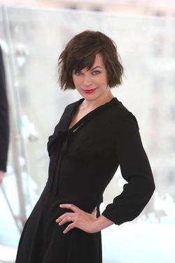 Милла Йовович была замечена в Париже в старой одежде и с болезненным видом