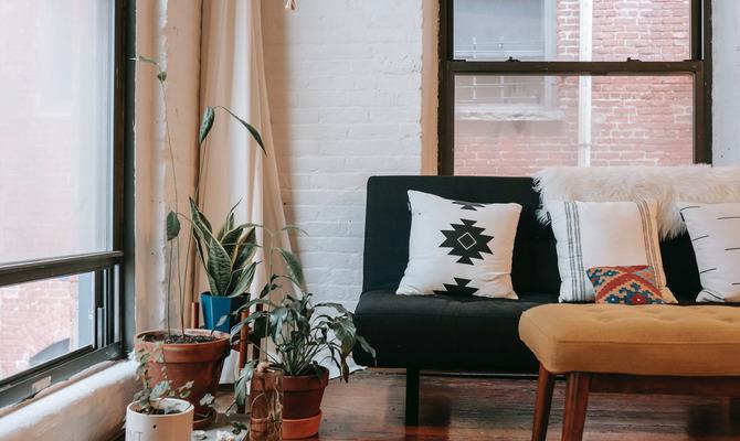 Декоративные подушки в интерьере: особенности выбора и использования