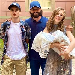 Лиза Арзамасова спустя месяц после родов похвасталась стройной фигурой