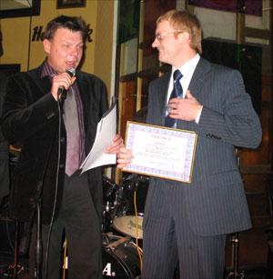 Директор агентства prior.ru вручает диплом победителю